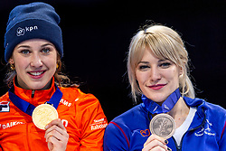 13-01-2019 NED: ISU European Short Track Championships 2019 day 3, Dordrecht<br /> (L-R) Suzanne Schulting of Netherlands and Elise Christie of Great Britain pose in the Ladies overall classification medal ceremony during the ISU European Short Track Speed Skating Championships