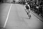 Rick Flens van de Rabobankploeg probeert in de binnenstad van Utrecht het razende peloton voor te blijven tijdens de Giro d'Italia. De tweede etappe van de wielerkoers begon in Amsterdam en eindigde in Utrecht