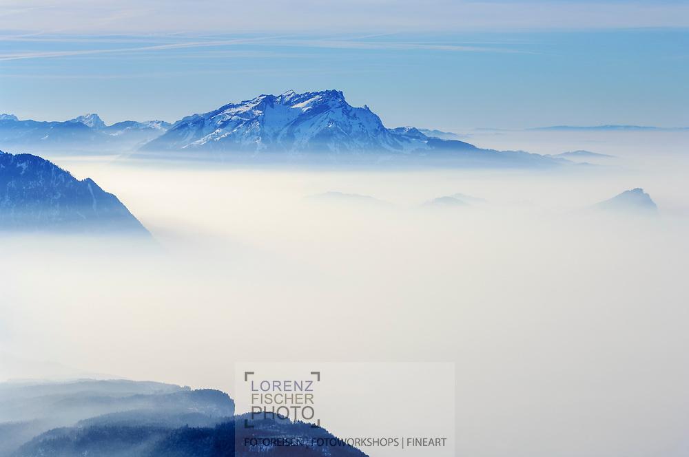 Blick vom Fronalpstock über das nebelbedeckte Mittelland auf Pilatus sowie den Jura im Hintergrund.<br /><br /><br />View from the Fronalpstock over  the fog covered Swiss Middle Land with Mount Pilatus and the Jura in the Background.