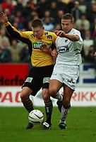 Fotball: Håvard Flo, Sogndal, i kamp med Kasey Wehrmann, Moss.  Moss - Sogndal. Tippeligaen 2002. Melløs, Moss. 14. april 2002. (Foto: Peter Tubaas/Digitalsport)