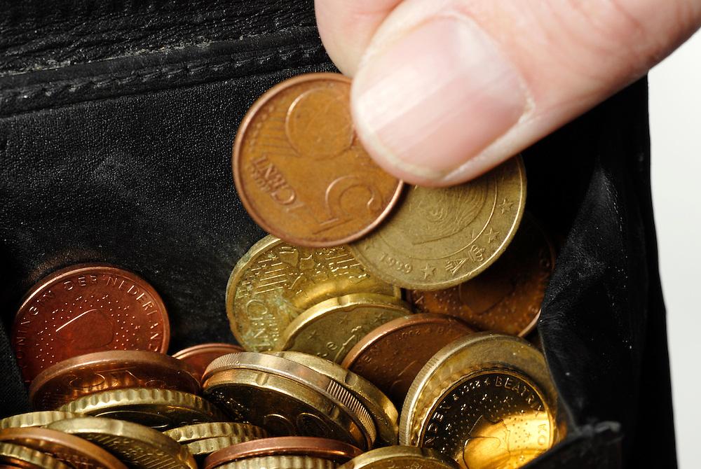 Driebergen, 4 febr  2009.geld in vele vormen.munten in de portemonnai... Foto: (c) Renee Teunis