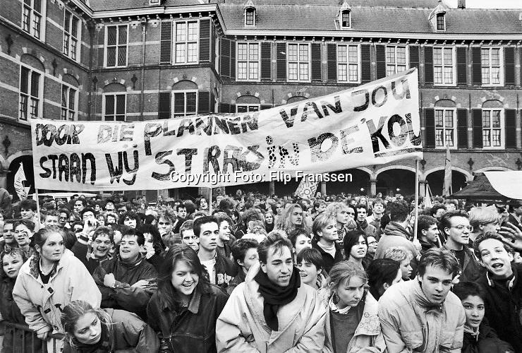 Nederland, Den Haag, 8-11-1990 Demonstratie van studenten tegen de studiefinanciering en hervormingen in het wetenschappelijk onderwijs door minister Jo Ritzen . Georganiseerd door de LSVB. Demonstreren op het binnenhof werd in 1999 verboden . Foto: ANP/ Hollandse Hoogte/ Flip Franssen
