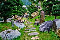 Chine, Hong Kong, Kowloon, jardin de Nan Lian et nonnerie de Chi Lin  // China, Hong Kong, Kowloon, The pagoda at the Chi Lin Nunnery and Nan Lian Garden, path
