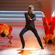 NLD/Hilversum/20121014 - Finale Strictly Come Dancing 2012, Mark van Eeuwen en chinese dansers