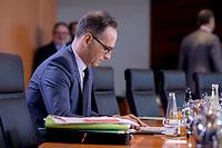 06 NOV 2019, BERLIN/GERMANY:<br /> Heiko Maas, SPD, Bundesaussenminister, liest in seinen Unterlagem, vor Beginn der Kabinettsitzung, Bundeskanzleramt<br /> IMAGE: 20191106-01-006<br /> KEYWORDS: Kabinett, Sitzung