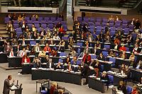 16 NOV 2002, BERLIN/GERMANY:<br /> Fraktion der SPD, Plenum des Bundestages, Bundestagsdebatte zu den Gesetzen fuer eine Reform auf dem Arbeitsmarkt, Plenum, Deutscher Bundestag  <br /> IMAGE: 20021116-01-006<br /> KEYWORDS: Übersicht, Uebersicht