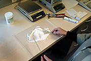 Nederland, Wijchen, 26-10-2004..Apotheker bereidt zelf medicijnen, zalf, geneesmiddelen. apotheek, recept huisarts, kosten gezondheidszorg...Foto: Flip Franssen