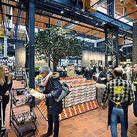 Nederland, Amsterdam , 26 november 2014.<br /> Opening Foodmarkt van Jumbo in amsterdam Noord.<br /> Op 26 november gaat de grootste Jumbo van Amsterdam open. Niet alleen de omvang van de winkel (waarschijnlijk zo'n 2600 m2 ), ook de locatie is speciaal. De enorme foodmarkt zit in een oude loods op het voormalige Storkterrein, een van de meest creatieve plekken van Amsterdam. Hoe groot de foodmarkt precies is, hoe hij eruit gaat zien en wat er te beleven is, houden ze bij Jumbo nog geheim.Wel is duidelijk dat er vanaf woensdag in deze industriële loods zal worden gekokkereld in meerdere foodmarktkeukens 'door koks en andere vakspecialisten'.En dat de producten van Jumbo gezond, lekkeren betaalbaar zijn, aldus Jumbo.<br /> Foto:Jean-Pierre Jans