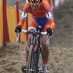 Marianne Vos geconcentreerd in het zand
