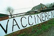 Nederland, Epe, 29-03-2001Langs de A50 tussen Apeldoorn en Zwolle heeft een boer een spandoek gehangen.Mond en klauwzeer, vaccineren, protestFoto: Flip Franssen/Hollandse Hoogte