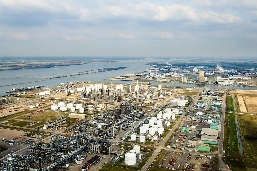 Nederland, Noord-Brabant, Gemeente Moerdijk 01-04-2016; Industrieterrein en havengbied Moerdijk met onder andere vestiging van Shell Chemie en warmte-krachtcentrale van Essent.<br /> Industrial and port area of Moerdijk, including Shell Chemical and Essent thermal power plant.<br /> luchtfoto (toeslag op standard tarieven);<br /> aerial photo (additional fee required);<br /> copyright foto/photo Siebe Swart