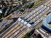 Nederland, Gelderland, Gemeente Arnhem, 14–05-2020; centrum Arnhem, NS station Arnhem Centraal met omgeving. Zicht op de overkapping en de perrons. Arnhem center, Arnhem Central railway station with surroundings.<br /> <br /> luchtfoto (toeslag op standaard tarieven);<br /> aerial photo (additional fee required)<br /> copyright © 2020 foto/photo Siebe Swart