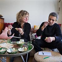 Nederland, Amsterdam, 22 maart 2017.<br />Foodblogger Merijn Tol en een Israelische foodfetisjist testen humus uit diverse supermarkten.<br />Merijn Tol & Nadia Zerouali en schrijven en koken al jaren in en over de Arabisch mediterrane keuken. Ze reisden van Marokko tot Libië, Sicilië en Andalusië en van Syrië en Libanon tot Palestina en Sardinië en Catalunya. Om overal de invloed van de Arabische keuken zelf te proeven en met lokale vrouwen in de keuken te koken<br /><br />Foto: Jean-Pierre Jans