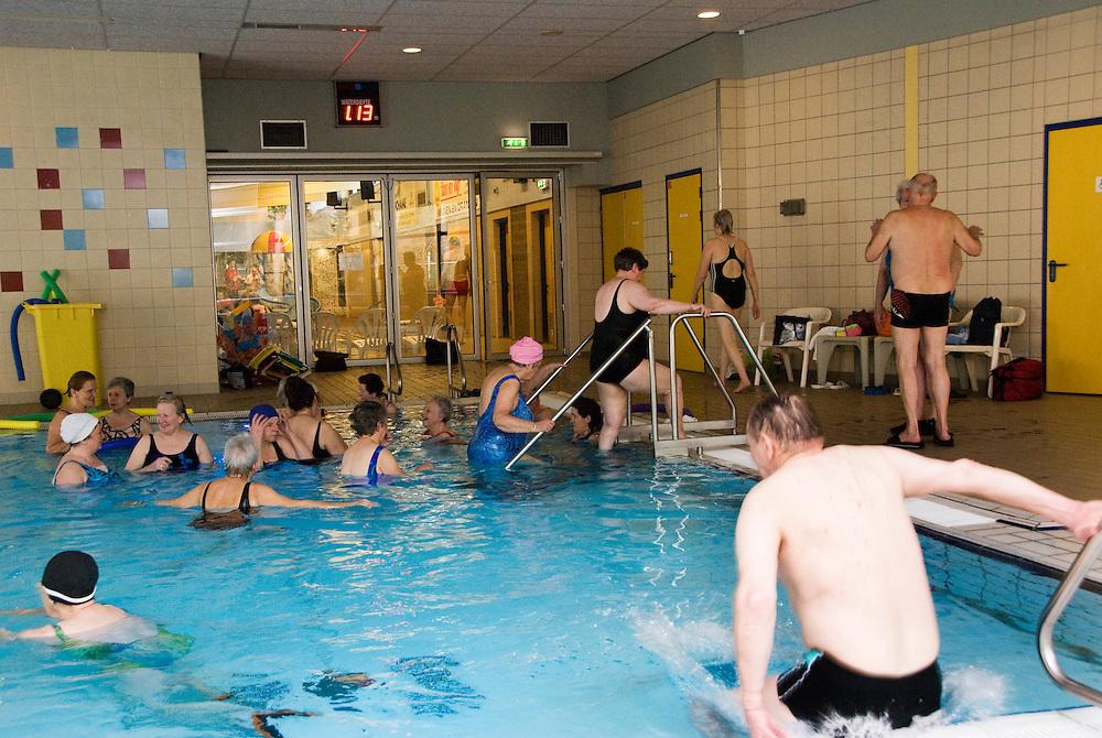 Driebergen,8 febr, 2010.Watergym voor ouderen in zwembad de Zwoer. mondelinge toestemming..(c)Renee Teunis.