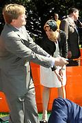 KONINGINNEDAG 2009 in Apeldoorn / Queensday 2009 in the city of Apeldoorn.<br /> <br /> Op de foto / On the Photo: Princes Maxima and Prince Willem Alexander playing goilf