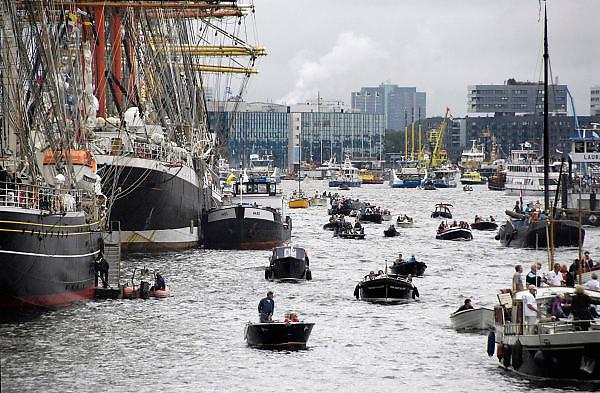 Nederland, Amsterdam, 22 08-2010 SAIL 2010, tall ships in de Amsterdamse IJ-haven. Publiek kijkt naar de zeilschepen. Sail is het grootste publieksevenement van Nederland en een van de grootste maritieme manifestaties ter wereld. Foto: Flip Franssen/Hollandse Hoogte