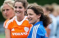 EINDHOVEN - Manager en oud-interbnational Fleur Reinigert-van de Kieft zaterdag bij de oefenwedstrijd tussen het Nederlands team van Jong Oranje Dames en dat van de Verenigde Staten. Volgende week gaat het WK-21 in Duitsland van start. met Marloes Keetels. FOTO KOEN SUYK