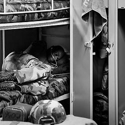 mercredi 5 octobre 2016, 21h54, Versailles. Relevé le lendemain par une autre unité, ce légionnaire du 2ème Régiment Etranger d'Infanterie se repose sur son lit en attendant son tour pour réintégrer le matériel qu'il a perçu pour l'opération.