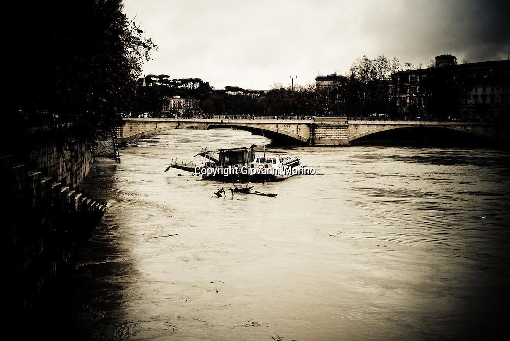 Rome/Italy dec 12 2008 - Maltempo in Italia. Situazione critica a Roma per l'innalzamento del fiume Tevere.