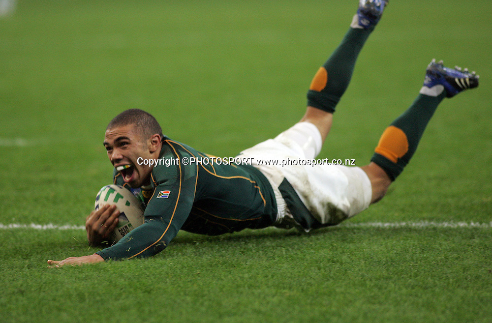 Bryan Habana scores a try for Sth Africa to equal Jonah Lomu's Rugby World Cup record.<br />Argentina v Sth Africa, Rugby World Cup Semi Final Two, Stade de France, Paris, France. Sunday 14 October 2007. Photo: Andrew Cornaga/PHOTOSPORT