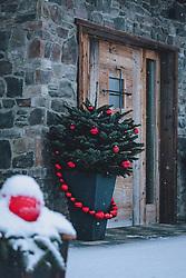 THEMENBILD - weihnachtliche Dekoration mit roten Christbaumkugeln und Christbäumen vor einem Haus im Neuschnee, aufgenommen am 03. Dezember 2020, Kaprun, Österreich // Christmas decoration with red Christmas tree balls and Christmas trees in front of a house in fresh snow on 2020/12/03, Kaprun, Austria. EXPA Pictures © 2020, PhotoCredit: EXPA/ Stefanie Oberhauser
