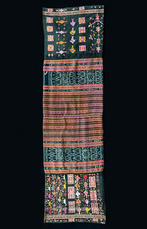 Ikat tenun karya Ibu-Ibu di Dusun Tintua, Desa Raimanus, Kabupaten Belu, Timor, Nusa Tenggara Timur, Indonesia.