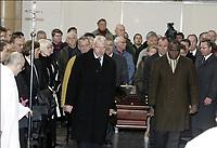 Fotball<br /> Trenerlegenden Raymond Goethals begravelse i Brussel<br /> 13. desember 2004<br /> Foto: Digitalsport<br /> NORWAY ONLY<br />  PAUL VAN HIMST / BASILE BOLI DURING THE RAYMOND GOETHALS'S FUNERAL  IN BRUXELLE