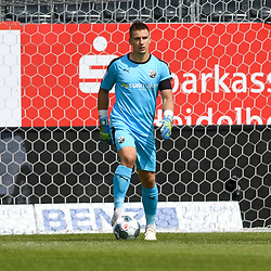 Sandhausens Martin Fraisl (Nr.1) mit dem Ball beim Spiel in der 2. Bundesliga, SV Sandhausen - Dynamo Dresden.<br /> <br /> Foto © PIX-Sportfotos *** Foto ist honorarpflichtig! *** Auf Anfrage in hoeherer Qualitaet/Aufloesung. Belegexemplar erbeten. Veroeffentlichung ausschliesslich fuer journalistisch-publizistische Zwecke. For editorial use only. For editorial use only. DFL regulations prohibit any use of photographs as image sequences and/or quasi-video.