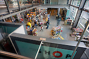 Duitsland, Weeze, 25-6-2009Vlak over de grens bij Nijmegen ligt het regionaal vliegveld Niederrhein, Weeze, wat sinds zes jaar uitgegroeid is tot een belangrijke regionale luchthaven en als thuisbasis fungeert voor prijsvechter chartermaatschappij Ryanair. In Bergen N-Limburg klaagt men over geluidsoverlast. In de regio bevindt zich ook vliegveld Dusseldorf. Naast passagiersvervoer wordt er veel luchtvracht vervoerd. Op de foto de taksfree shop, winkel na de douane. Economie, ekonomie, grensstreek, Foto: Flip Franssen/Hollandse Hoogte
