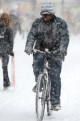 © under license to London News Pictures.  18/12/2010. A man riding a bike through heavy snowfall in Reading, Berkshire today (18/12/2020) on the last weekend of shopping before Christmas.  Severe weather is expected to hit the whole of the UK this weekend. Photo credit should read Sam Long/ London News Pictures