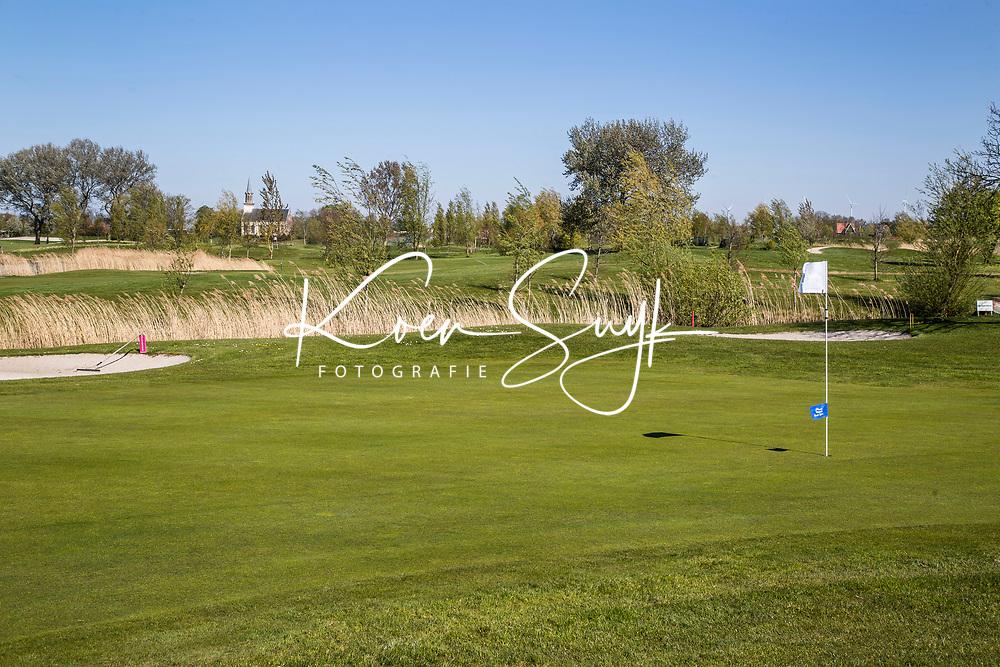 WINKEL (Hollands Kroon)   - Eilandhole (7) Golfbaan Regthuys. Golf & Country Club Regthuys is een Nederlandse golfclub in Winkel. De golfbaan, die ontworpen is door Alan Rijks en Aart Bergsma, werd geopend in 2006.    COPYRIGHT KOEN SUYK