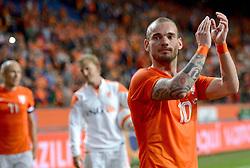 04-06-2014 NED: Vriendschappelijk Nederland - Wales, Amsterdam<br /> Nederland wint met 2-0 van Wales /  Wesley Sneijder bedankt het publiek