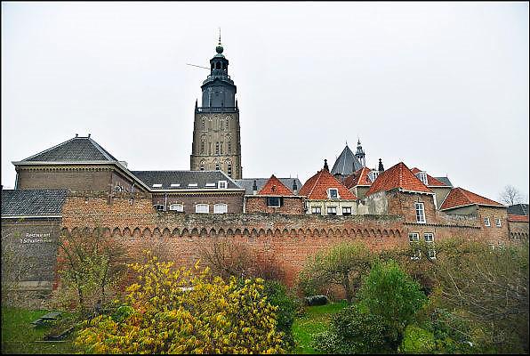 Nederland, Zutphen, 3-12-2014De opleiding tot rechter is vetrokken uit Zutphen. Dit is een gevoelige klap voor de lokale economie. Het goede nieuws is dat in het grote pand door de gemeente twee musea gehuisvest gaan worden. Zicht op de oude middeleeuwse stadsmuur en de Walburgiskerk, walburgkerkFOTO: FLIP FRANSSEN/ HOLLANDSE HOOGTE