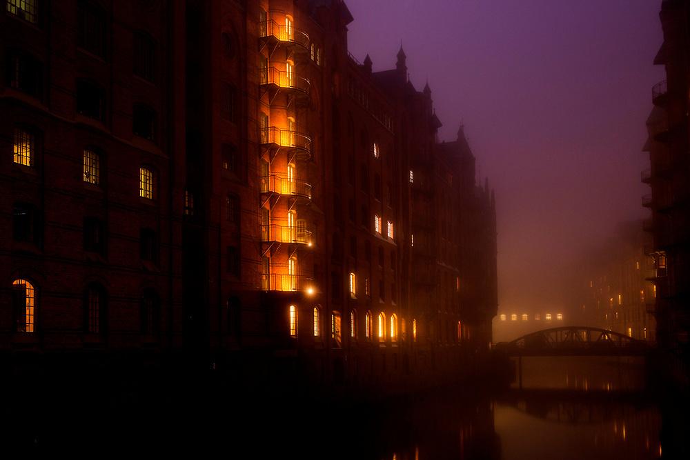 Nebel am morgen in der Speicherstadt in Hamburg