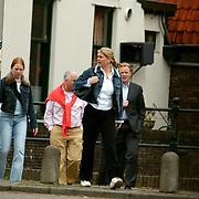 Ronald Koeman ondertekend woningcontract Bussum, Ronald, vrouw Bartina Bordeveld en dochter Debbie