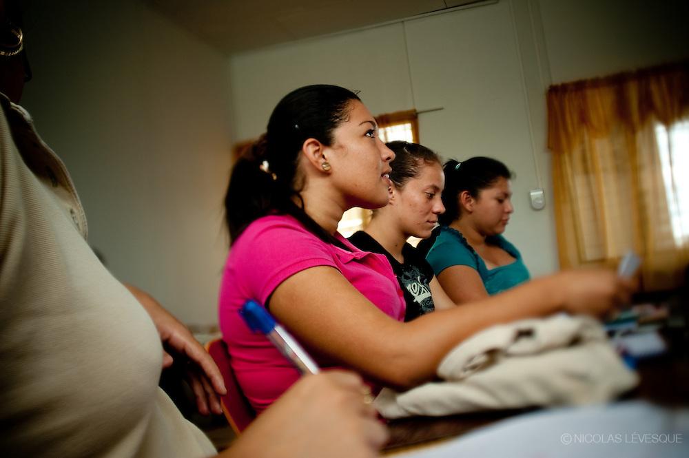 Étabilissement scolaire construit par Del Monte. Monocultures d'ananas de la multinationale Del Monte. Buenos Aires, Costa Rica 2010.