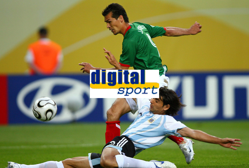 v.l. Jared Borgetti, Hernan Crespo Argentinien<br /> Fussball WM 2006 Achtelfinale Argentinien - Mexiko<br />  Argentina - Mexico<br /> Norway only