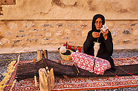 Sultanat d'Oman, gouvernorat de Ad-Dakhiliyah, Nizwa, le fort du XVIIe siècle, filage de la laine // Sultanate of Oman, Ad-Dakhiliyah Region, Nizwa, the 17 century fort, spinning wool
