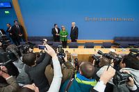 27 NOV 2013, BERLIN/GERMANY:<br /> Sigmar Gabriel (L), SPD Parteivorsitzender, Angela Merkel (M), CDU Parteivorsitzende und geschaeftsfuehrende Bundeskanzlerin, Horst Seehofer (R), CSU Vorsitzender und Ministerpraesident Bayern, vor Beginn der Pressekonferenz zur Einigung ueber einen Koalitionsvertrag, Bundespressekonferenz<br /> IMAGE: 20131127-01-015<br /> KEYWORDS: BPK, Fotografen, Kameraleute
