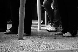 I riti della Settimana Santa a Taranto, fedeli seguono la processsione dei scalzi per penitenza.