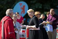 Berlin, 14.09.2021: Franziska Giffey, Kandidatin der SPD für das Amt der Regierenden Bürgermeisterin von Berlin, zu Besuch in Berlin-Marzahn. Sie besuchte den dortigen Mix Markt, einen speziellen Supermarkt für osteuropäische Lebensmittel, und sprach vor dem Markt an einem SPD-Wahlkampfstand mit Bürgern.