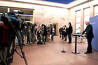 07 JAN 2005, BERLIN/GERMANY:<br /> Dr. Klaus Scharioth, Staatssekretaer im Auswaertigen Amt, waehrend einer Pressekonferenz zu den Ergebnissen des Krisenstabes im Auswaertigen Amt und zur aktuelle Situation im Gebiet der Flutkatastrophe Suedostasien, Auswaertiges Amt<br /> IMAGE: 20050107-01-002<br /> KEYWORDS: Staatssekretär Auswärtiges Amt, Journalisten, Journalist, Kamera, Camera