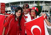 GEPA-0706081201 - GENF,SCHWEIZ,07.JUN.08 - FUSSBALL - UEFA Europameisterschaft, EURO 2008, Portugal vs Tuerkei, POR vs TUR. Bild zeigt Tuerkei Fans. Keyword: Fahne.<br />Foto: GEPA pictures/ Walter Luger