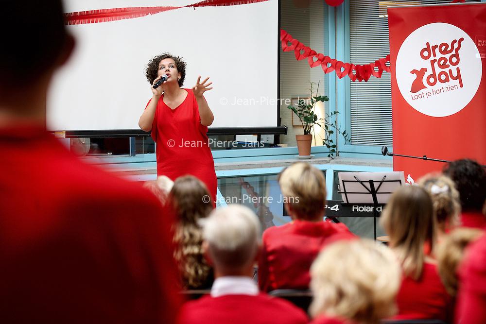 Nederland, Amsterdam , 29 september 2013.<br /> Al eerder besteedden we bij powervrouwen.blog aan Dress Red Day. Er wordt de laatste tijd steeds meer bekend over genderspecifieke geneeskunde, waaronder cardiologie.<br /> Dat houdt o.a. in dat de symptomen van een hartaanval bij vrouwen heel anders zijn dan die bij mannen. Vrouwen hebben bijvoorbeeld heel vaak niet de bekende olifantspoot op de borst, maar andere verschijnselen.<br /> Hierdoor wordt de diagnose nog steeds vaak gemist en vormen hart en vaatziektes wel doodsoorzaak nummer 1 bij vrouwen.<br /> Cabaretière Sara Kroos treedtbelangeloos op.<br /> <br /> Foto:Jean-Pierre Jans
