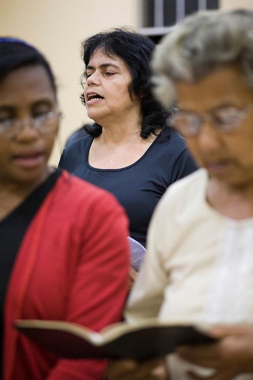 Belo Horizonte_MG, Brasil...Evangelicos lendo a biblia em uma igreja...The protestant christians reading the bible in the church...Foto: JOAO MARCOS ROSA / NITRO