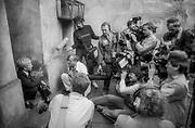 Kraków. 8 września 1985 roku. Spotkanie  z dziennikarzami Erica Stroma, żydowskiego chłopca z USA, po uroczystości barmitzwy, która odbyła się w Krakowie. Dziedziniec synagogi Tempel.
