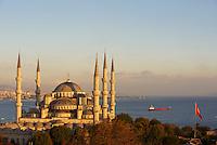 Turquie, Istanbul, centre historique classé Patrimoine Mondial de l'UNESCO, quartier de Sultanahmet, Sultan Ahmet Camii (Mosquée Bleue) et le Bosphore // Turkey, Istanbul, the 'Blue Mosque' Sultan Ahmet Camii, Sultanahemt neighborhood