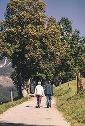 THEMENBILD - ein älteres Liebespaar spaziert um den Ritzensee, aufgenommen am 29. September 2019 in Saalfelden, Oesterreich // an older couple walks around the lake Ritzensee in Saalfelden, Austria on 2019/09/29. EXPA Pictures © 2019, PhotoCredit: EXPA/ JFK