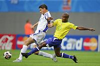 Fotball, 16. juni 2005, <br /> Conferderations Cup Brasil - Hellas<br /> v.l. Angelos Charisteas, Ze Roberto Brasil<br /> <br />  Norway only