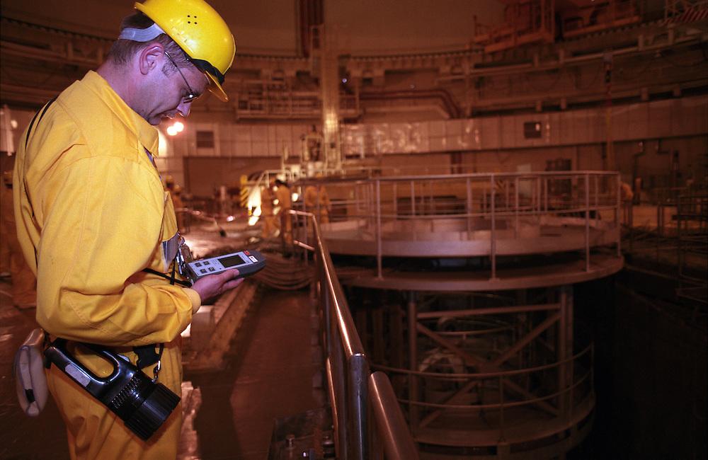 Temelin/Tschechische Republik, Tschechien, CZE, 25.06.2004: Ein Mitarbeiter des Atomkraftwerks Temelin beim durchführen von Kontrollmessungen im Reaktorraum 2 des Atomkraftwerks. Der Reaktor 2 war zu dieser Zeit heruntergefahren. Im Hintergrund die Reaktorgrube im Reaktorgebäude 2. Das Kernkraftwerk steht 24 Km von der Stadt Ceske Budejovice entfernt.<br /> <br /> Temelin/Czech Republic, CZE, 25.06.2004: Worker doing a control survey in the dry well 2 of the  Nuclear Power Station Temelin. Reactor 2 was at this time shut down. The Nuclear Power Plant Temelin is located, approximately 24 km from the town of Ceske Budejovice.